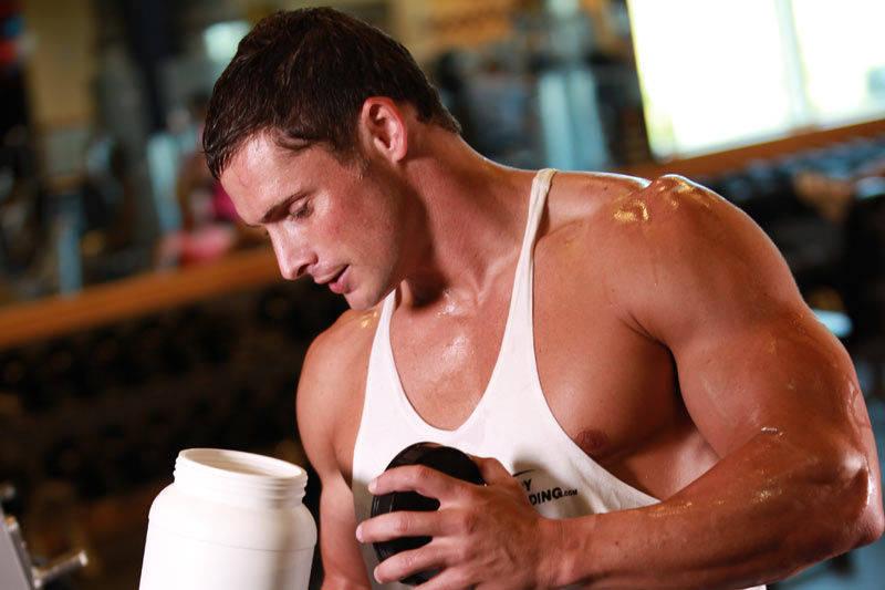 Фото прием глютамина спортсменом в спортзале