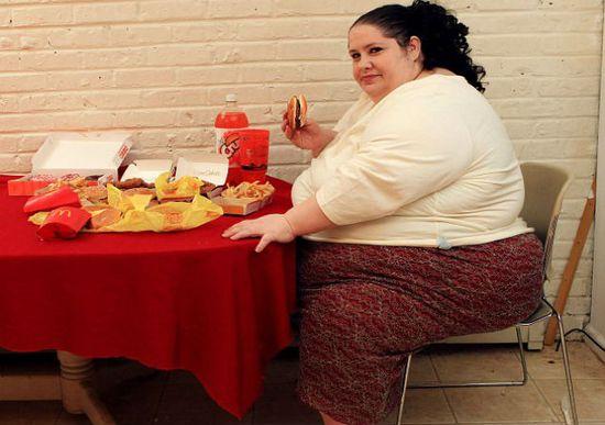 Жирная толстая женщина много еды